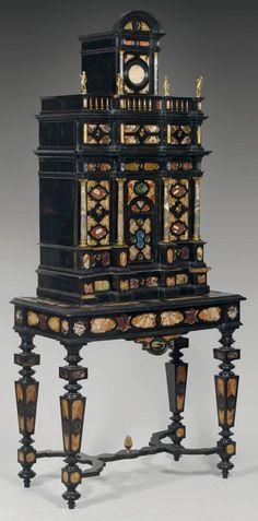 Rare cabinet en bois teinté noir, rehaussé de plaques en pierre dure ou