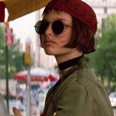 The Professional Movie, Leon The Professional Mathilda, Mathilda Lando, Celebrity Travel, Halloween Disfraces, Natalie Portman, Wedding Humor, 90s Fashion, Short Hair Styles