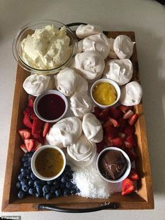 Pancake grazing platters are the latest food trend to sweep the brunch scene in Australia, with people sharing snaps of their lavish boards filled with spreads, fruits, sprinkles and pancakes. Dessert Platter, Cake Platter, Party Food Platters, Cheese Platters, Pavlova Toppings, Grazing Platter Ideas, Sharing Platters, How To Make Pancakes, Food Trends