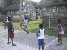 En la foto observamos a un grupo de niños de cultura Garifuna divirtiendose a pesar de que sus casas no son las mejores. Pero buscan la felicidad y la forma de subsistir cada dia y salir adelante a pesar de las adversidads y margenes que les ponen las personas .#28