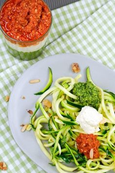 Zucchini-Spaghetti mit Rucolapesto, Tomatenpesto und Ricottapesto