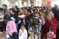 Cada año, cientos de creyentes se dan cita en el cementerio de La Paz para intentar que el cura rocíe a sus calaveritas con agua bendita. El cura, sin embargo, únicamente oficia misa. Foto: Álex Ayala.