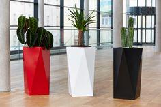 Nová kolekce lakovaných obalů na květináče značky KASPER přináší čisté tvary, výrazné barvy a nadčasovou lehkost použitého materiálu.