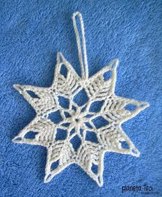 mit Bommeln gleich doppelt so schön oder? ---- Café da Meia Tarde: Crochê engomado: Estrela Natalina - Her Crochet Crochet Snowflake Pattern, Crochet Stars, Crochet Motifs, Christmas Crochet Patterns, Holiday Crochet, Crochet Snowflakes, Thread Crochet, Crochet Crafts, Crochet Doilies
