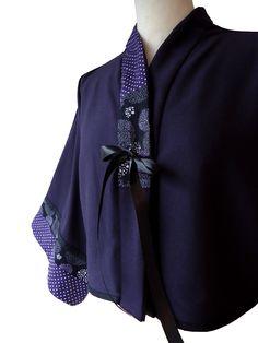 Veste courte bicolore très chic de forme kimono, manches mi-longue 3/4. Imprimé Tissu Japonais, tissu uni violet en jersey et tissu pois en coton. Veste non doublée http://www.boutiqueyeiho.com/