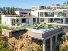 Your luxury real estate destination. Browse & search all the latest million dollar home listings & mansions for sale Walking Closet, Modern Mansion, Modern Homes, Mansions For Sale, Los Angeles Homes, New Builds, Luxury Real Estate, Luxury Life, Modern Luxury