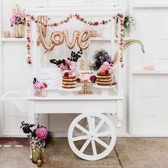 O que é esta inspiração mais linda de um carrinho de bolos?! 😍 Eu estou morrendo de amores, e vocês? Uma ideia linda, super delicada, que pode ser aplicada em um mini wedding, chá de bebê, aniversário... Maravilhoso 😍 Decor @melbournesweddingplanner   Foto @kas.richards #bellafiore #amordecoração #festa #party #decoração #casamento #wedding #bolo #cake #inspiração