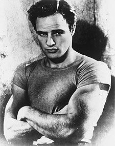 Marlon Brando, como Stanley Kowalski en  Un tranvía llamado deseo.