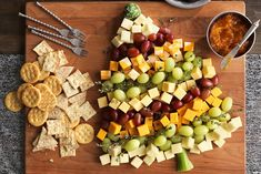 Christmas Appetizer Board Christmas Cheese, Christmas Party Food, Christmas Appetizers, Christmas In July, Appetizers For Party, Appetizer Recipes, Christmas Tree, Christmas Lunch Ideas, Cheese Platters