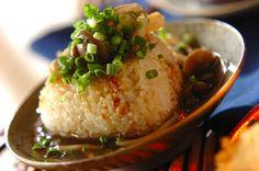 とろとろのあんをかければ立派なお食事。おこげとごま油が香ばしい! Asian Recipes, Real Food Recipes, Cooking Recipes, Cooking Rice, Cute Food, Good Food, Yummy Food, Onigirazu, How To Cook Rice