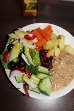 Tomaattinen jauhelihakastike, perunaa ja salaattia.