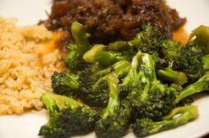 On fait presque toujours cuire le brocoli de la même façon, bouilli ou à vapeur.  Par contre ici, avec cette recette, ça fait changement et...