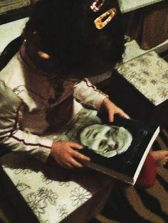 "Nyni e o livro ""Enders"" Cortesia da Editora Novo Conceito"