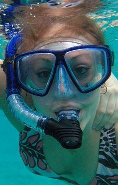 Flast wie ein Pfannkuchen Roxolana schwimmt nackt unter Wasser mit Tauchermaske