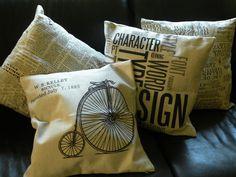Recién llegados! Estampados en negro sobre lino natural. Las fundas con estampados de letras valen $ 7.500 c/u. En http://www.labellezadelascosas.com/#!cojines/cqf