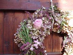 Herbstkranz aus Hortensien, Rosmarin, fetter Henne und Rosen