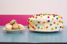 Easy cake decor! Pom cake, just use cereal.