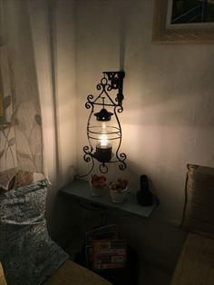 Eu que fiz. Pendente transformado em uma linda luminária para esse cantinho, deixando mais aconchegante.