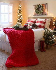 10 idee per decorare la zona notte per Natale Christmas Bedroom, Farmhouse Christmas Decor, Rustic Christmas, Farmhouse Decor, Modern Farmhouse, Farmhouse Style, Christmas Pillow, Modern Christmas, Scandinavian Christmas