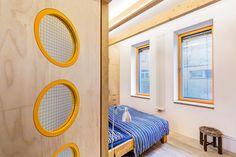 Ložnice rodičů: materiály a barvy nevybočují ze stylu interiéru, je tu dřevo i barevné akcenty. Ve dveřích bylo použito drátěné sklo.