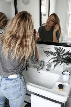The Plan To Tame Frizzy Hair For Good For when your hair becomes a fluffy, puffy mess within half an hour of leaving the house. Looks Street Style, Looks Style, Ropa Brandy Melville, Hair Inspo, Hair Inspiration, Style Feminin, Foto Casual, Look Girl, Brown Blonde Hair