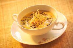 Serviervorschlag für Kürbissuppe mit frittierten Gemüsestreifen