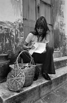 Jane Birkin with basket. Estilo Jane Birkin, Jane Birkin Style, Gainsbourg Birkin, Serge Gainsbourg, Jane Birken, Alexa Chung, Kate Barry, Androgynous Women, Charlotte Gainsbourg