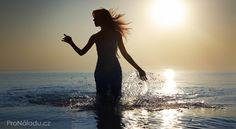 Silhouette of the woman with long hairs walking in the water during sunrise. Tarot, Nordic Interior, Reiki, Sunrise, Paradise, Silhouette, Long Hair Styles, Water, Chakras