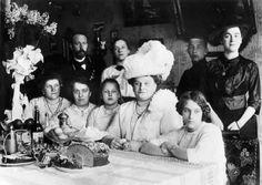 Vuoden 1870 väestönlaskennassa saatiin H:gin asukasluvuksi 28 519 henkeä.Suomalaisia, venäläisiä,saksalaisia,baltteja,puolalaisia, juutalaisia ja tataareja.Heistä 18 302 puhui äidinkielenään ruotsia,n.8 300 suomea,3878 venäjää ja saksaa 562.Kaupung.varuskunnissa lisäksi oli väkeä 5 055 henkeä,todell.väkiluku oli siis 33 000 henkeä.V.1880 väestönlaskenta osoitti suomenkiel.väestön kaksinkertaist.10:ssä vuodessa.