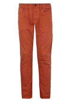 calça laranja na Dafiti Premium - http://www.cashola.com.br/blog/moda/selecao-de-roupas-para-o-natal-em-diversas-ocasioes-393