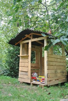 Pallet Playhouse finished