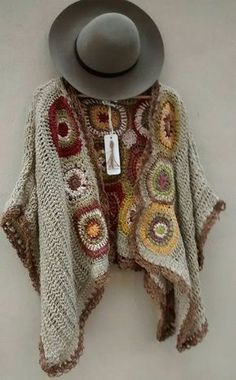 María Cielo: Crochet inspiración: poncho See other ideas and pictures from the category menu…. Cardigan Au Crochet, Crochet Coat, Crochet Jacket, Crochet Scarves, Crochet Shawl, Crochet Clothes, Crochet Stitches, Pull Crochet, Mode Crochet