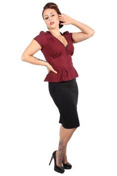 Dieses Outfit bringt die Eleganz der 40er Jahre zurück. Das Oberteil ist in weinrot mit bedruckten Pünktchen, kurzen Puffarmen und Schößchen gefertigt. Der tiefe Ausschnitt mit den gerafften Seiten zaubert ein traumhaftes Dekolleté. Das Schößchen im Taillenbereich sorgt so für eine optimale Betonung der weiblichen Silhouette. Der enge knielange Pencil-Rock wirkt sexy figurschmeichelnd.  http://goinsane.de/Girls-Clothes-Kleider.html  #rockabilly #vintage #pinup #40s #50s #polkadots…