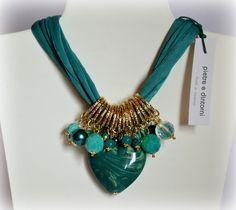 pietre e dintorni Diy Jewelry Necklace, Fabric Necklace, Scarf Jewelry, Fabric Jewelry, Necklace Designs, Jewelry Crafts, Jewelry Art, Beaded Jewelry, Jewelery
