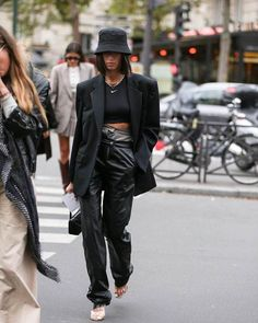 Bucket hats are here to stay for autumn - street style inspiration . - Bucket hats are here to stay for autumn - street style inspiration: Bucket ha. Fashion 2020, Star Fashion, Look Fashion, Girl Fashion, Fashion Outfits, Womens Fashion, Blazer Fashion, Dress Outfits, Fashion Ideas