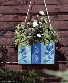 Recykling to modne słowo i nie chodzi tylko o odzysk surowców wtórnych. Meble, przedmioty urzytkowe i ozdoby z recyklingu na dobre zagościły w naszych domach. Dzisiaj, ozdobny wazon na kwiaty z pudełek po napojach...