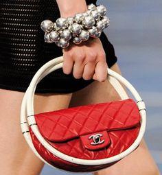 Una de las tendencias en bolsos de primavera-verano 2013 es el bolso mini o baby bag. Nos encanta el modelo hula-hoop de Chanel (1.680 euros).