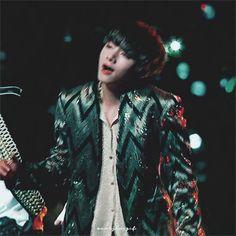 V | Taehyung | on stage of MAMA 2017. Bulteoreune!
