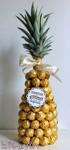 Wrap champagne bottle with Ferroro Rocher chocolates to make it look like a pineapple Wedding Gift Wrapping, Wedding Gift Boxes, Marriage Decoration, Food Decoration, Engagement Decorations, Wedding Decorations, Chocolate Pack, Trousseau Packing, Wedding Plates