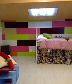 Habitación infantil con los revestimientos de pared domidecor lacados y suelos laminados faus