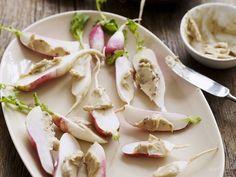 Radieschen mit Anchovie-Butter ist ein Rezept mit frischen Zutaten aus der Kategorie Meerwasserfisch. Probieren Sie dieses und weitere Rezepte von EAT SMARTER!