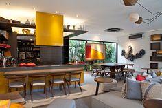 bancada aço inox coifa de ilha colorida amarela bancada de refeições rápidas madeira presa na ilha cozinha gourmet integrada