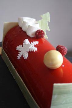 Coucou! Comme promis,voici la 2e bûche. Pas une création de ma part mais une réalisation d'après la recette de Roland Zanin, membre Relais Desserts, situé à Saint-Gervais. Cette bûche n'est pas n'importe quelle bûche puisqu'il s'agit de celle que le pâtissier...