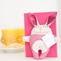 diebuntique-tier-kiste-hase-rosa Tweety, Pikachu, Pink, Christmas Ornaments, Holiday Decor, Character, Crate, Cuddling, Threading