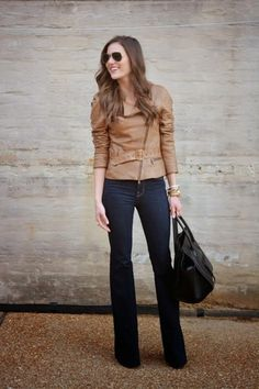 Beige Leder Bikerjacke, Dunkelblaue Jeans, Schwarze Shopper Tasche aus Leder, Dunkelbraune Sonnenbrille für Damen