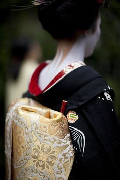 Maiko 舞妓 THE GRACEFUL NECK..................