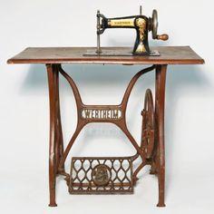 Antique-Wertheim-Toy-Treadle-Sewing-Machine-Miniature-Chain-Stitch-w-Iron-Base