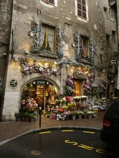 fachada de tienda de flores, esta decorado de tal forma que combina con las paredes del edificio que por cierto esta muy deteriorado, le da un toque magico . IV