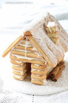 Savoiardi biscuit house for Christmas Sweet Stefy- A dessert that is also a very pretty decoration: Christmas biscuits biscuit house! Perfect to amaze guests on Christmas day! Cookie Recipes For Kids, Cookie Recipes From Scratch, Chocolate Cookie Recipes, Dessert Recipes, Xmas Food, Christmas Sweets, Christmas Cooking, Christmas Recipes, Dessert Design