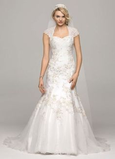 This cap-sleeve wedding dress is classic, chic, and SO perfect for an autumn affair! #fallweddings #weddingdresses #davidsbridal